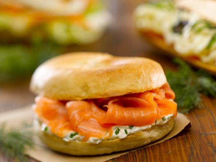 Fotografía de alimentos sandwich bagel salmón
